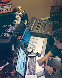 Unknown Mortal Orchestra's Ruban working in his home studio in Portland. Audio Studio, Home Studio Music, Sound Studio, Recording Studio Design, Dream Music, Perfect Music, Home Gym Design, Studio Setup, Studio Room