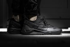 NIKE AIR HUARACHE UTILITY BLACK/BLACK-BLACK available at www.tint-footwear.com/nike-air-huarache-utility-002 nike air huarache untility outdoor winter winterized all black everything triple black sneaker tint footwear studio munich
