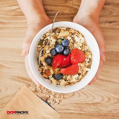 Top view of person holding muesli bowl Photo Muesli, Granola, Oatmeal Diet, Whole Grain Cereals, Cabbage Soup Diet, Grapefruit Diet, Raw Vegetables, Lean Protein, Lower Cholesterol