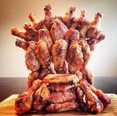 Hunger is coming! Josh Elkin seines Zeichens Koch, machte diese Replik des Eisernen Throns aus Game of Thrones komplett aus Chicken Wings