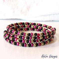 handmade bead bracelet memory wire jewelry beads pattern ideas magenta gold black Handmade Beads, Handmade Bracelets, Beaded Bracelets, Memory Wire Jewelry, Wooden Jewelry, Beaded Jewelry Patterns, Beading Patterns, Diy Bracelet Storage, Jewelry Rack