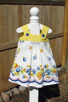 Vintage Tablecloth Tea Dress - no pattern only ideas Sewing For Kids, Baby Sewing, Vintage Sewing, Vintage Linen, Vintage Sheets, Dress Vintage, Little Girl Dresses, Girls Dresses, Vintage Tablecloths