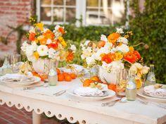 Frische Blumen am Tisch arrangieren - Rosen in Orange und Weiß