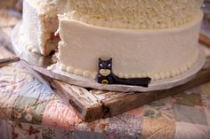 Batman hiding in the cake Cake Creations, Custom Cakes, Shabby Chic, Batman, Desserts, Wedding, Food, Gourmet, Personalized Cakes