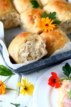 Pehmeät ja muhkeat sämpylät ilman vaivaamista - Suklaapossu No Salt Recipes, Bread Recipes, Bread Board, Bread Rolls, Hot Dog Buns, Food Inspiration, Nom Nom, Food And Drink, Treats