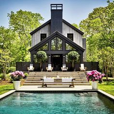 Long time readers will remember my love of Sag Harbor. Turns out actress Ellen Pompeo loves it too. Her modern barn home in Sag Harbor has just been featured on Architectural Digest. It was a slow go Architectural Digest, Modern Barn, Modern Farmhouse, Modern Decor, Ellen Pompeo, Old Cabins, Design Exterior, Harbor House, Modern Pools