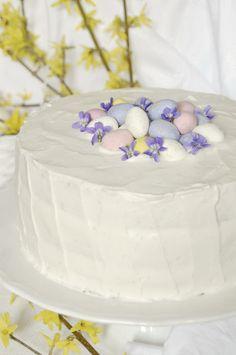 Idén vaníliatortát készítettem az ünnepi asztalra, és ezzel a tortával kívánok minden kedves olvasómnak áldott húsvétot! Hozzávalók 24 cm-es tortaformához A piskótalapokhoz 6 tojás 24 dkg cukor 3 evők