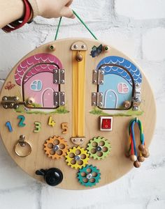 Busy board mini - is travel board that takes the child well for a long time on t. Baby Sensory, Sensory Toys, Montessori Baby Toys, Montessori Bedroom, Infant Activities, Activities For Kids, Toddler Activity Board, Diy Wooden Projects, Learning Games For Kids
