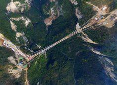 """Elkészült a szerkezete a világ leghosszabb és legmagasabban húzódó üvegpadlós függőhídjának a kínai Hunan tartományban, a Csangcsiacsie nemzeti parkban. A 400 méteres mélységű """"kínai Grand Canyon"""" felett húzódó híd 430 méter hosszú, 6 méter széles."""