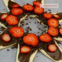 Vă prezentăm o rețetă de prăjitură din aluat foietaj cu nutella și căpșuni – cel mai simplu și rapid desert alături de o ceașcă de cafea dimineața. Este o gustare dulce cu o umplutură extrem Mai, Nutella, Strawberry, Fruit, Food, Essen, Strawberry Fruit, Meals, Strawberries