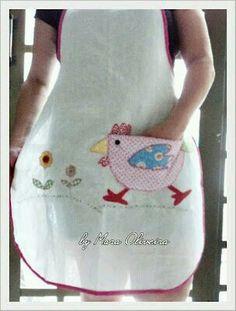 Avental com bolsinho de galinha. maura vintage look apron with a chicken pocket Fabric Crafts, Sewing Crafts, Sewing Projects, Sewing Aprons, Sewing Clothes, Applique Designs, Embroidery Designs, Chicken Pattern, Chicken Crafts
