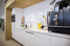 Pantry in kantoor, uitgevoerd in eiken en hoogglans wit.
