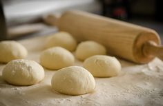 I'm so excited to finally share my Pizza dough recipe with the world. It's kind of silly because out of all of the fun things I make pizzas dough is really kind boring. BUT, this pizza dough is fun, tasty, and super easy to make… Best Pizza Dough Recipe Bread Machine, Best Bread Machine, Easy Pizza Dough, Pizza Legal, Pizza Cool, Greek Pita Bread, Homemade Yeast Rolls, Canned Biscuits, Stuffed Biscuits