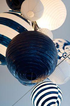 Lámparas asiáticas en blanco y azul marino, para la decoración de bodas.