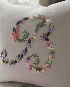 """이니셜 쿠션 """"B"""" 주문하신 분이 너무 이쁘다고 하셔서 기분 좋네요~ #프랑스자수 #자수쿠션 #쿠션 #embroidery #이니셜 #핸드메이드 #자수타그램 #세종시프랑스자수 #세종시 #아름동"""