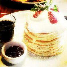 〈京都で大人気のパンケーキ屋さん〉 京都市役所の近くにあるカフェ、サラサ押小路。デザートのパンケーキはもちろん、食事系のパンケーキもあります!オススメは十枚重ねのパンケーキ♡美味しすぎてぺろりと食べれちゃいます♡これは行くしかない!!