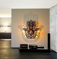 Luminaire ( Hamsa - main de fatma ) by SAINT YORK DESIGN avec ombre portée au mur . concept luminaire 5D