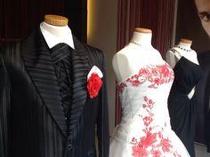 Stylisches Brautpaar im Schaufenster