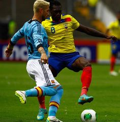 QUI07. GUAYAQUIL (ECUADOR), 14/08/2013.- El jugador de la selección de Ecuador Felipe Caicedo (d) disputa el balón con Sergio Ramos (i) de España hoy, miércoles 14 de agosto de 2013, durante un partid