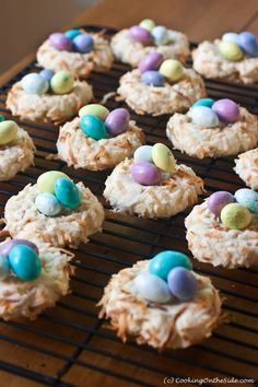 Easter Bird's Nest Cookies- 18 Delicious Easter Dessert Recipes - I could use my grandma's recipe and buy some eggs :) Desserts Ostern, Köstliche Desserts, Delicious Desserts, Dessert Recipes, Easter Candy, Easter Treats, Easter Deserts, Easter Food, Easter Eggs
