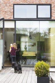 BINNENKIJKEN. Krap rijhuis wordt baken van licht - De Standaard Mobile Less Is More, Home Design, Ramen, Beautiful Homes, Facade, Windows, Doors, Architecture, Modern