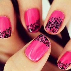 Esmalte rosa com estampa de renda para você ficar delicada e apaixonante!