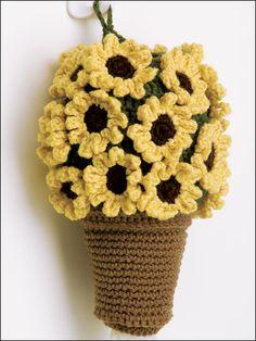 Flores amarillas y maceta tejida completamente a crochet