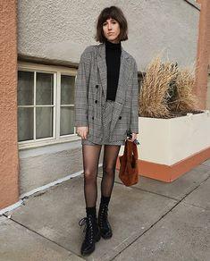 10 ideias de looks para o outono. Conjunto xadrez cinza, blazer oversized, minissaia, blusa de gola alta preta, meia calça preta, meia preta aparente, coturno