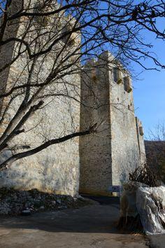 Стены монастыря Манасия (Ресава). Всего стены монастыря насчитывают 11 башен