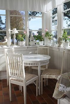 white on white cottage dining room Cottage Chic, Cottage Living, Cottage Homes, Cottage Style, Interior Exterior, Interior Design, Vibeke Design, My Dream Home, Beautiful Homes