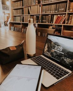 Find images and videos about inspiration, motivation and school on We Heart It - the app to get lost in what you love. Study Desk, Study Space, Study Organization, Study Hard, Study Notes, Study Motivation, Student Life, College Life, College Soccer