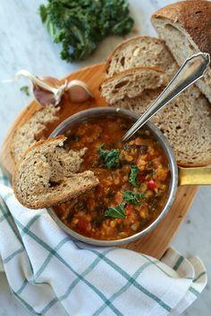 Rozgrzewająca zupa z soczewicy z imbirem, jarmużem i innymi wspaniałościami