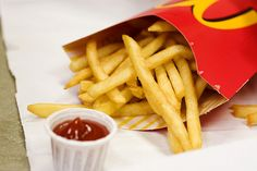 Starting in McDonald's will let customers swap fries for a side salad in any of their value meals. Will it be a healthier fast food option? Healthy Tips, Healthy Eating, Healthy Recipes, Frites Mcdonalds, Mcdonald French Fries, Fast Food Items, Nutrition, Side Salad, Food Hacks