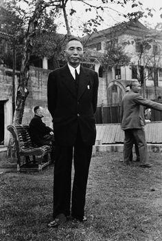 1945, 양복 입은 김구