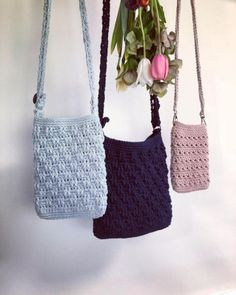 modelos de bandoleras tejidas a crochet) Crochet Clutch Pattern, Crochet Coin Purse, Crochet Shoes, Crochet Purses, Diy Crochet, Crochet Patterns, Crochet Camera, Crochet Beach Bags, Crochet Poppy