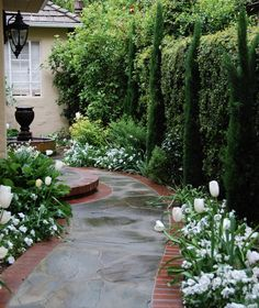 23 Stunning Traditional Landscape Design Ideas I like this going out the side do. - 23 Stunning Traditional Landscape Design Ideas I like this going out the side door and wall blockin - Front Yard Walkway, Brick Walkway, Slate Walkway, Flagstone Walkway, Brick Sidewalk, Stone Walkways, Front Path, Gravel Path, Courtyard Landscaping