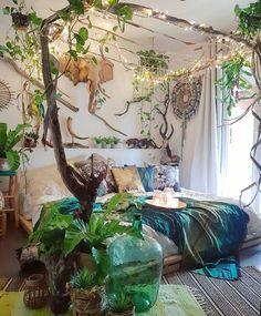 beautiful bohemian bedroom, lots of house plants, I love the trailing, climbing plants Bohemian Bedroom Decor, Boho Room, Victorian Bedroom Decor, Hippie Bedrooms, Bohemian Style Bedrooms, Boho Decor, Deco Studio, Romantic Home Decor, Romantic Cottage