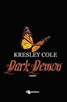Ma poi portò entrambe le mani giù per accarezzarle il viso, e lei individuò un'altra emozione. Ferocia nuda e cruda. La guardò, non con l'espressione di un uomo felice del proprio destino, ma con quella di uno che avrebbe massacrato chiunque avesse provato a cambiarlo... Dark Demon - Kresley Cole http://insaziabililetture.forumfree.it/?t=64225154