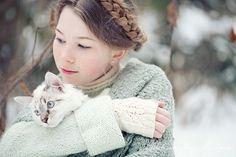 flicka med sin katt.