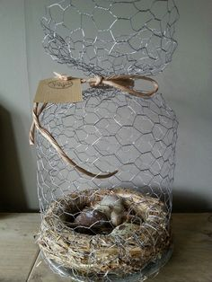 DIY kippengaasstolp met strokrans en eitjes DIY chicken bell jar with straw wreath and eggs Small Speckled Egg FramedChicken Easter eggs, decodecorative little nest a Chicken Wire Art, Chicken Wire Crafts, Rustic Crafts, Decor Crafts, Easter Crafts, Christmas Crafts, Ostern Party, Straw Wreath, Glitter Pumpkins