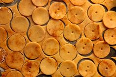 sharp cheddar cheese crackers / joy the baker: Would love to try these with the Garlic Herb! Homemade Cheez Its, Homemade Crackers, Homemade Cheese, Cheddar Crackers Recipe, Macarons, Joy The Baker, Food Porn, Roasted Cashews, Cheddar Cheese