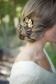 Simple gold hair accessory -so lovely #gold #goldwedding #bride #accessory #bridalhair