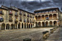 Sigüenza: Plaza Mayor Sigüenza es una ciudad y municipio español perteneciente a la provincia de Guadalajara.