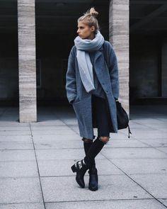 Le mantequ gris est de sorti ! Pour un parfait look streetstyle, on le combine à un jean troué et dse bottines !