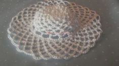 Tutorial per realizzare cappellino inamidato bomboniera - magiedifilo.it punto croce uncinetto schemi gratis hobby creativi Decorative Plates, Crochet Hats, Beanie, Hobby, Tutorial, Knitting Hats, Beanies, Beret