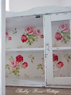 Shabby-Roses-Cottage: Cath Kidston wallpaper for a glass cupboard Shabby Chic Mode, Shabby Chic Interiors, Shabby Chic Kitchen, Shabby Chic Cottage, Vintage Shabby Chic, Shabby Chic Style, Shabby Chic Furniture, Shabby Chic Decor, Boho Decor
