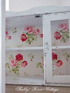 Love this #shabbychic me gusta mucho este mueble como para guardar ropa ,  es muy decorativo por las flores por los vordes medios lijados.