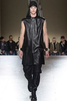 Rick Owens presented his Fall/Winter 2014 collection during Paris Fashion Week. Latest Mens Fashion, Unisex Fashion, Fashion News, Men's Fashion, Vogue Paris, Designer Clothes For Men, Fall Winter 2014, Rick Owens, Designer Collection