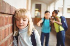 Los niños pueden llegar a ser muy crueles, sobre todo cuando se burlan de otros pequeños. ¿Cómo los padres pueden ayudar a su hijo a enfrentarse a las burlas?