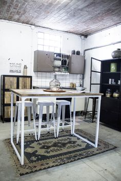 Industriële bartafel met ijzeren frame en massief mango houten blad. Ideaal voor op kantoor, in 't café of thuis. Stoer en robuust vintage design. - quip&Co